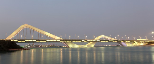 ОАЭ. Абу-Даби. Sheikh Zayed Bridge at night, Abu Dhabi. Фото philipus - Depositphotosl