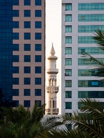 ОАЭ. Абу-Даби. Minaret peeping between office buildings. Фото Steven Heap - Depositphotos