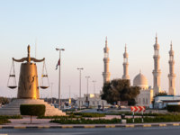 Клуб путешествий Павла Аксенова. ОАЭ. Рас-эль-Хайма. Ras Al Khaimah, Roundabout with scales of justice statue. Фото philipus - Depositphotos
