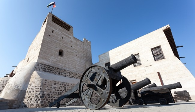 Клуб путешествий Павла Аксенова. ОАЭ. Рас-эль-Хайма. Ras Al Khaimah, UAE. Old guns at the museum of Ras al Khaimah. Фото philipus - Depositphotos