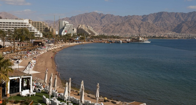Клуб путешествий Павла Аксенова. Израиль. Эйлат. Central beach of Eilat on the Red Sea,Israel, during the winter. Фото Alberto Arochas - Depositphotos