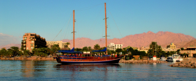 Movenpick Resort & Residence Aqaba 5. SINDBAD YACHT IN FRONT OF PRIVATE BEACH - MP AQABA