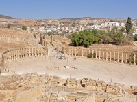 Иордания. Panoramic view of Oval Plaza at Jerash ruins (Jordan). Фото Natividad Castillo Gonzalez - Depositphotos