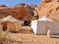 Иордания. Berber tent in the Wadi Rum desert (Jordan). Фото naticastillog - Depositphotos
