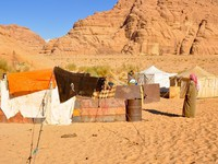 Иордания. Berber tents in the Wadi Rum desert (Jordan). Фото naticastillog - Depositphotos