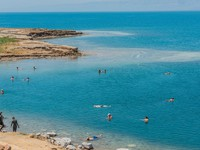 Иордания. people swimming bathing in dead sea jordan. Фото STYLEPICS - Depositphotos