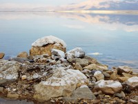 Иордания. Dead Sea Salt at rocks, in horizont it's a Jordan Mt. konstantin32 - Depositphotos