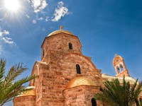 Иордания. Modern Orthodox church at the Jordan River near Bethany Beyond the Jordan. kyolshin - Depositphotos