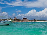 Boat Moored in a Mayan Riviera beach, Mexico. Фото SOMATUSCANI - Depositphotos