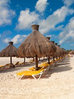 Relaxation under parasol at Caribbean Sea, Mexico. Фото Agnieszka Guzowska - Depositphotos
