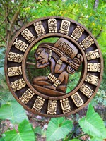 Calendar Mayan culture wooden on Mexico jungle. Фото TONO BALAGUER SL - Depositphotos