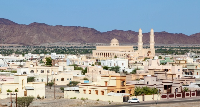 Клуб путешествий Павла Аксенова. Оман. Батына (Batinah). Al Batinah region, Sultanate of Oman. View over town Nakhl. Фото philipus - Depositphotos