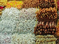Traditional Turkish delight sweets, dried fruits, nuts at the Spice Market in Istanbul, Turkey. Фото Nadiia Gerbish - Depositphotos_11355782
