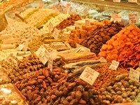 Traditional Turkish delight sweets, dried fruits, nuts at the Spice Market in Istanbul, Turkey. Фото Nadiia Gerbish - Depositphotos_11355834