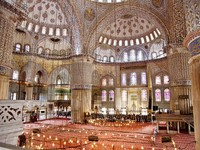 Sultanahmet Mosque (Ottoman Imperial mosque) interior ornate architecture in Istanbul, Turkey. Фото Levent Karaoglu - Depositphotos_17975113