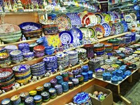 Classical Turkish ceramics on the market. Фото Gelia78 - Depositphotos_8859485