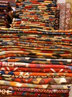 Carpets of many colors in shop in Istanbul, Turkey. Фото Валерий Шанин - Depositphotos