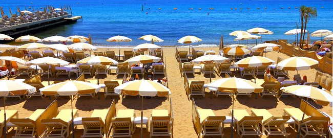 Франция. Лазурный Берег. Канны. Beautiful beach in Cannes, France. Фото matfron - Depositphotos
