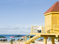 Барбадос. Colorful lifeguard station Dover Beach Barbados St. Lawrence Gap. Фото Robert Lerich - Depositphotos