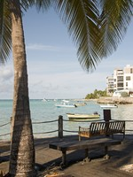 Барбадос. Park benches harbor St. Lawrence Gap Barbados. Фото Robert Lerich - Depositphotos