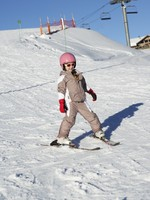 Дети на горных лыжах. Young Girl Skiing Down Slope Whilst On Holiday In Mountains. Фото monkeybusiness - Depositphotos