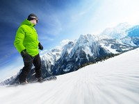 Сноуборд. Snowboarder on piste in high mountains. Фото dell640 - Depositphotos