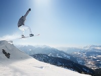 Пейзаж горнолыжного курорта. Snowboarder in the high mountains. Фото Peter Gabriel - Depositphotos