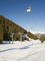 Пейзаж горнолыжного курорта. Cable car over a ski slope. Фото Paul Vinten - Depositphotos