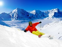 Горные лыжи. Freeride in fresh powder snow. Фото Gorilla - Depositphotos