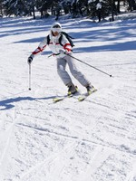Горные лыжи. Beautiful skier skiing on the slope. Фото denovyi - Depositphotos
