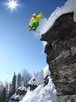 Горные лыжи. Skier jumping though the air from the cliff. Фото samot - Depositphotos