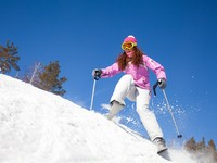 Горные лыжи. Girl on mountain skiing. Фото yanlev - Depositphotos