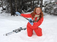 Горные лыжи. Portrait of merry young woman of skier. Фото Tetyana Kormych - Depositphotos