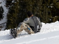 Сноубордист. Snowboarder in defence on ski resort slope. Фото Petrichuk - Depositphotos