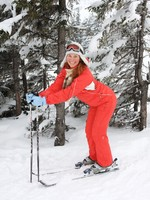 Горные лыжи. Portrait of merry young woman of skier. Фото Lilu2005 - Depositphotos