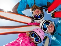 Горные лыжи. Ski, snow, sun and winter fun. Фото Gorilla - Depositphotos