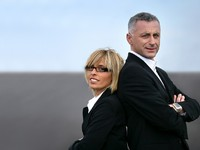 VIP. Бизнесмены. Business couple back to back on a road. Фото photography33 - Depositphotos