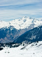 Франция. Куршевель 1850. View at Courchevel ski resort, French Alps. Фото dnaumoid - Depositphotos