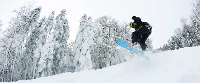 Сноубрдист на трассе. Snowboarder on fresh deep snow. Фото benis arapovic - Depositphotos