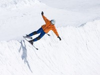 Горные лыжи. Skier on half pipe of Prodollano ski resort in Spain. Фото freefly - Depositphotos