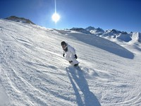 Сноубордист на трассе. Skiing on fresh snow at winter season. Фото benis arapovic - Depositphotos