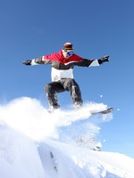 Прыжок сноубордиста. A snowboarder gliding through the air. Фото photography33 - Depositphotos