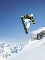 Прыжок сноубордиста. Snowboarder in the high mountains. Фото  Peter Gabriel - Depositphotos