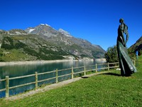 Франция. Тинь. Lady of the lake at Tignes. Фото Elenaphotos21 - Depositphotos