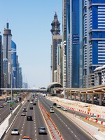 ОАЭ. Дубаи. Sheikh Zayed Road is graced with skyscrapers and intense traffic. Фото Sophie_James - Depositphotos