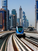 ОАЭ. Дубаи. The Dubai Metro runs sum 40 km along Sheikh Zayed Road. Фото Sophie_James - Depositphotos