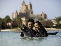 ОАЭ. Дубай. Atlantis, The Palm - Marine & Waterparks - Dolphin Bay - Couple at Dolphin Bay