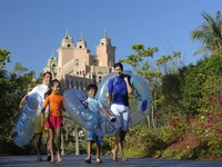 ОАЭ. Дубай. Atlantis, The Palm - Marine & Waterpark - Aquaventure Waterpark - Family on Aquaventure Beach Path