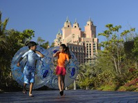 ОАЭ. Дубай. Atlantis, The Palm - Marine & Waterpark - Aquaventure Waterpark - Kids on Aquaventure Beach Path