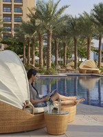 ОАЭ. Дубай. Fairmont The Palm, Dubai. Poolside Cabana
